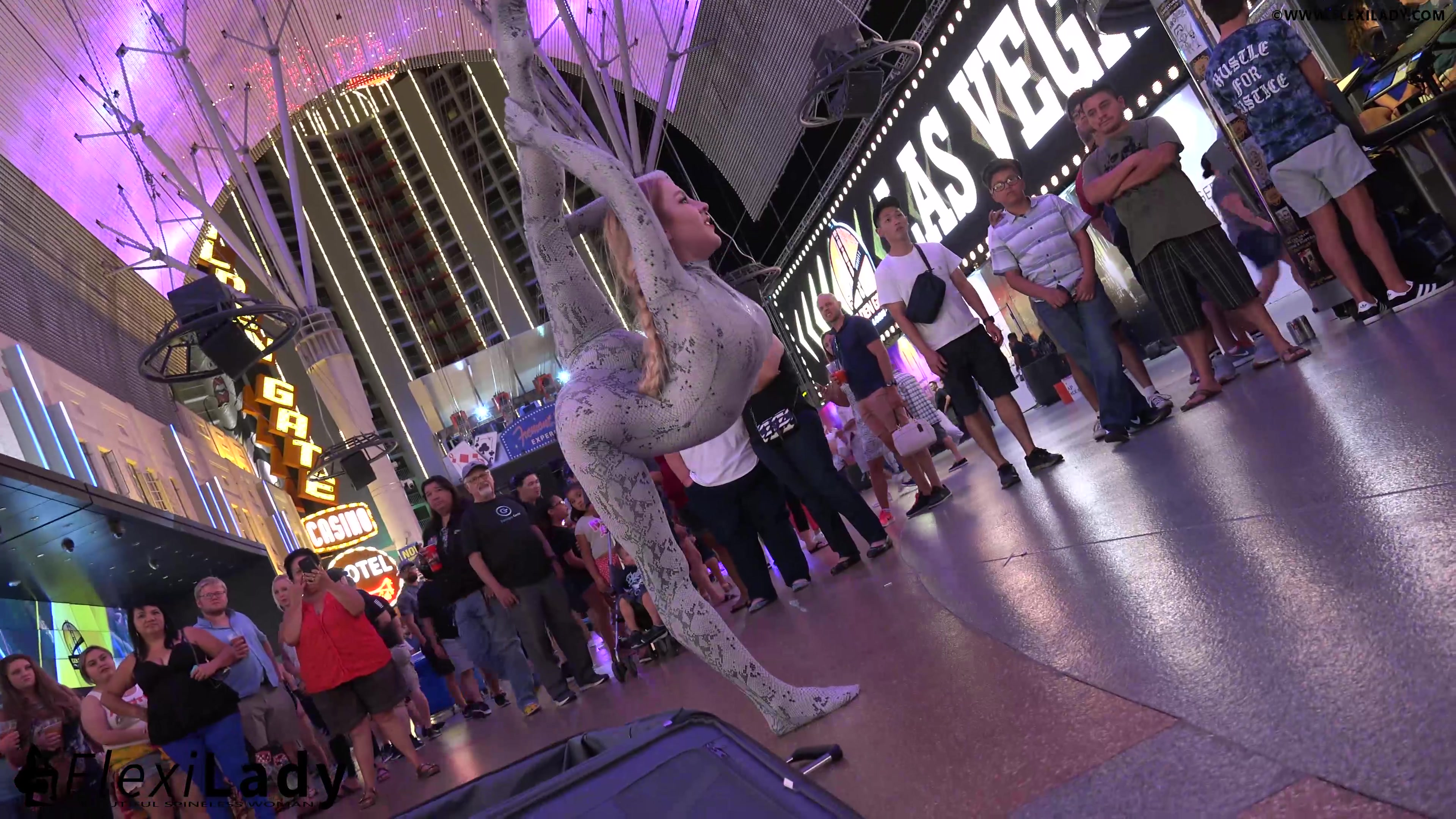 Un serpent flexible dans Freemont Street